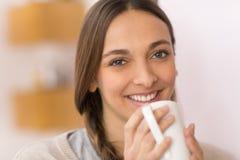 Café bebendo da mulher em casa Fotografia de Stock