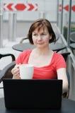 Café bebendo da mulher em um café exterior Imagens de Stock