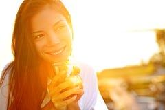 Café bebendo da mulher na luz do sol Imagens de Stock Royalty Free