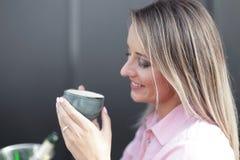 Café bebendo da mulher na manhã no foco macio do restaurante nos olhos imagem de stock royalty free