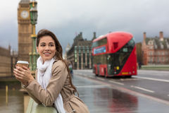 Café bebendo da mulher na ponte de Westminster, Big Ben, Londres, En imagens de stock royalty free
