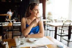 Café bebendo da mulher no restaurante imagem de stock