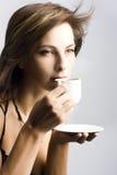 Café bebendo da mulher nova Imagem de Stock Royalty Free