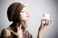 Café bebendo da mulher nova Imagens de Stock Royalty Free