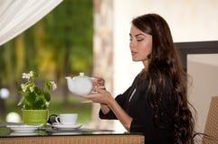 Café bebendo da mulher nova fotos de stock