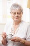Café bebendo da mulher sênior em casa Imagens de Stock Royalty Free