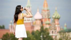 Café bebendo da mulher urbana nova feliz na cidade europeia filme