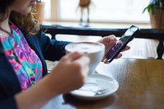 Café bebendo da rapariga bonita Fotos de Stock Royalty Free