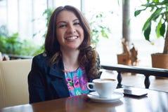 Café bebendo da rapariga bonita Foto de Stock