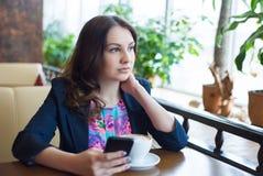 Café bebendo da rapariga bonita Imagens de Stock