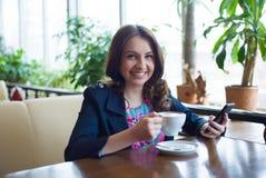 Café bebendo da rapariga bonita Imagens de Stock Royalty Free