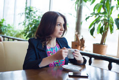 Café bebendo da rapariga bonita Fotografia de Stock