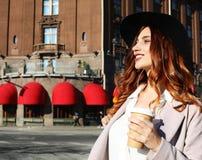 Café bebendo de sorriso da jovem mulher à moda imagens de stock royalty free