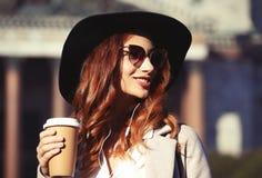 Café bebendo de sorriso da jovem mulher à moda fotos de stock royalty free