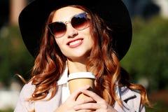 Café bebendo de sorriso da jovem mulher à moda fotografia de stock