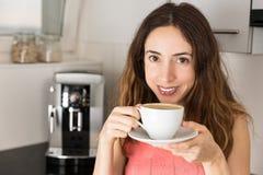 Café bebendo de sorriso da mulher fotografia de stock royalty free