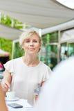 Café bebendo de sorriso da mulher idosa imagens de stock royalty free
