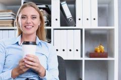 Café bebendo de sorriso da mulher de negócio Imagens de Stock