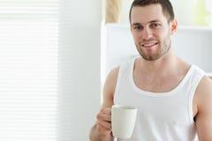 Café bebendo de sorriso do homem imagem de stock
