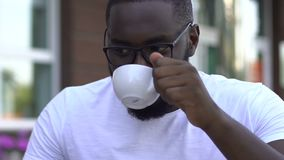 Café bebendo de sorriso do homem afro-americano e conversa na rede social video estoque
