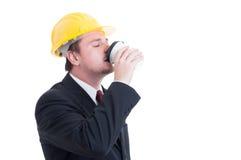 Café bebendo do contratante, do coordenador ou do arquiteto a ir Imagens de Stock Royalty Free