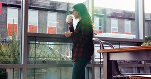 Café bebendo do executivo fêmea pensativo vídeos de arquivo