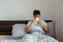 Café bebendo do homem asiático no tempo de manhã em casa fotos de stock royalty free
