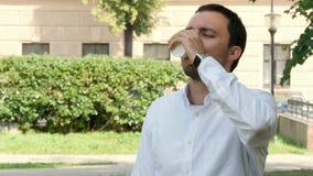 Café bebendo do homem de negócio fora no parque Fotos de Stock Royalty Free