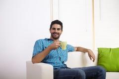 Café bebendo do homem novo Foto de Stock
