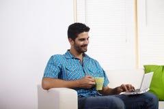 Café bebendo do homem novo Imagens de Stock Royalty Free