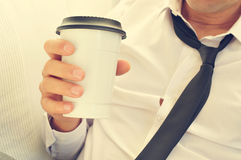 Café bebendo do homem novo em um copo de papel fotos de stock