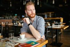 Café bebendo do homem sério imagens de stock
