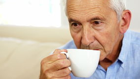 Café bebendo do homem sênior filme