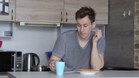 Café bebendo do homem sonolento novo na cozinha video estoque