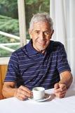 Café bebendo do homem superior fotografia de stock