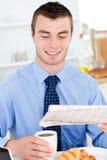 Café bebendo do jornal contente da leitura do homem de negócios foto de stock