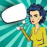 Café bebendo do pop art azul irritado do cabelo da mulher Fotografia de Stock Royalty Free