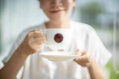 Café bebendo do sorriso da mulher que relaxa no café imagens de stock royalty free