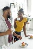 café bebendo dos pares afro-americanos durante o café da manhã foto de stock royalty free
