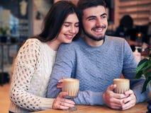 Café bebendo dos pares bonitos e apreciação de datar imagem de stock