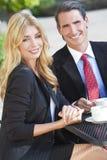 Café bebendo dos pares da mulher & do homem no café da cidade fotografia de stock royalty free