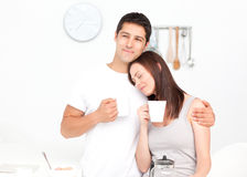 Café bebendo dos pares encantadores durante o pequeno almoço Foto de Stock