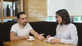 Café bebendo dos pares que ri no café filme