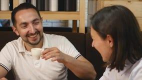 Café bebendo dos pares que ri no café video estoque
