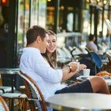 Café bebendo dos pares românticos novos em Paris, França Foto de Stock Royalty Free