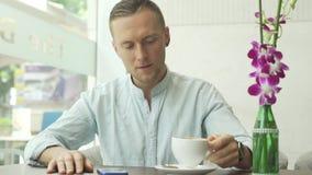 Café bebendo e sorriso do homem de negócios atrativo filme