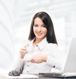 Café bebendo novo e atrativo da mulher de negócio no escritório Imagem de Stock
