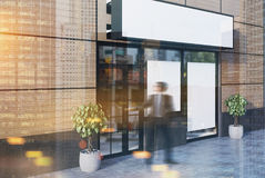 Café beige extérieur avec deux affiches, côté, homme Photos libres de droits