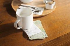 Café Bill e mudança do dinheiro Fotografia de Stock Royalty Free