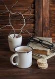 Café, biscoitos e uma pilha de livros velhos na tabela de madeira marrom O conceito da educação e formação imagens de stock royalty free